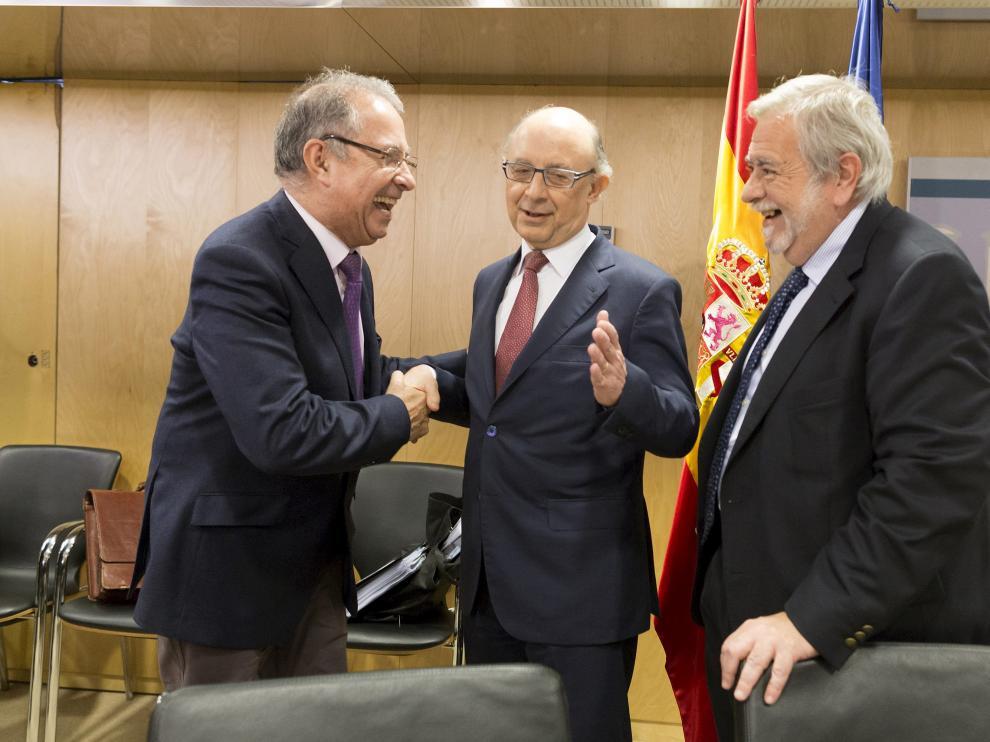 Gimeno saluda al ministro de Hacienda, Cristobal Montoro, en el Consejo de Política Fiscal y Financiera