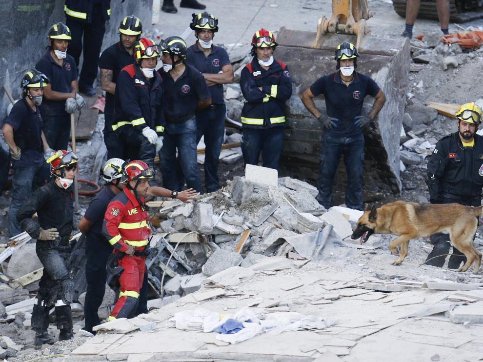 Labores de desescombro y rescate en el edificio derrumbado de la localidad tinerfeña de Los Cristianos.