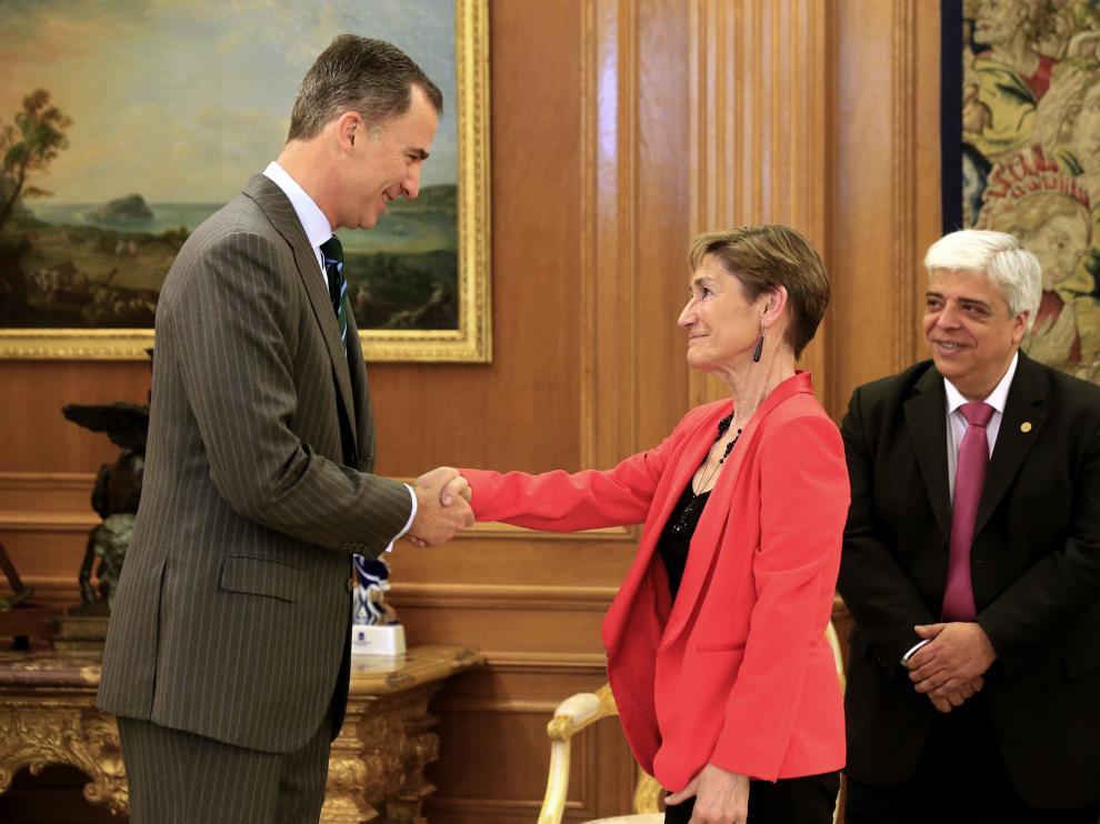 ?El Rey recibe de la presidenta del Consejo de Abogados, Victoria Ortega, la Gran Cruz al Mérito de la Abogacía.