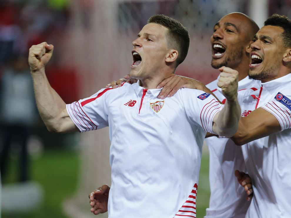Kevin Gameiro (izquierda) anotó el penalti que daba la victoria al Sevilla.