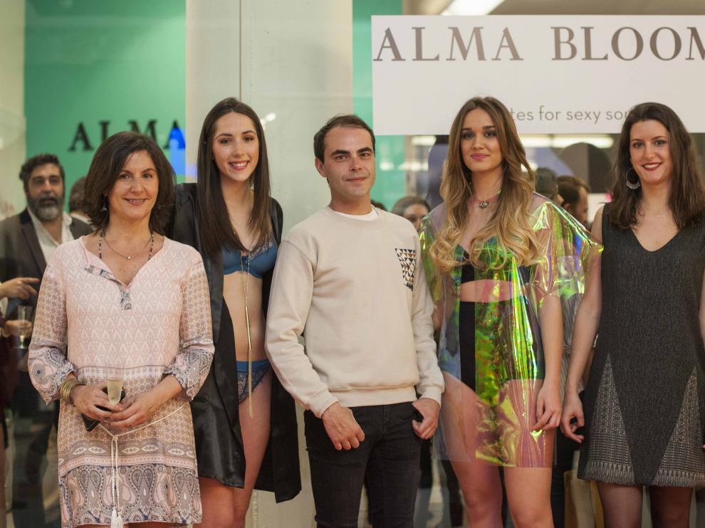Gloria Laguarda, Ion Fiz y María Vispe, junto a las dos modelos que pasaron las colección de lencería del diseñador.