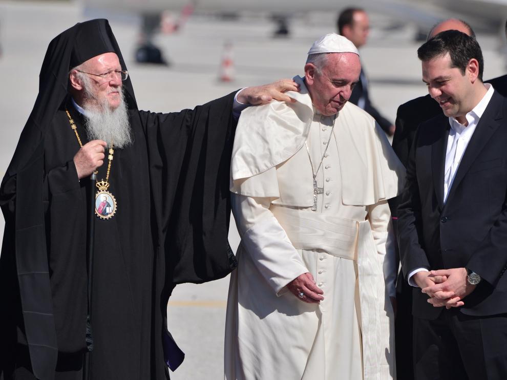 El Papa, con Tsipras y el patriarca Bartolomeo, a su llegada a la isla de Lesbos.