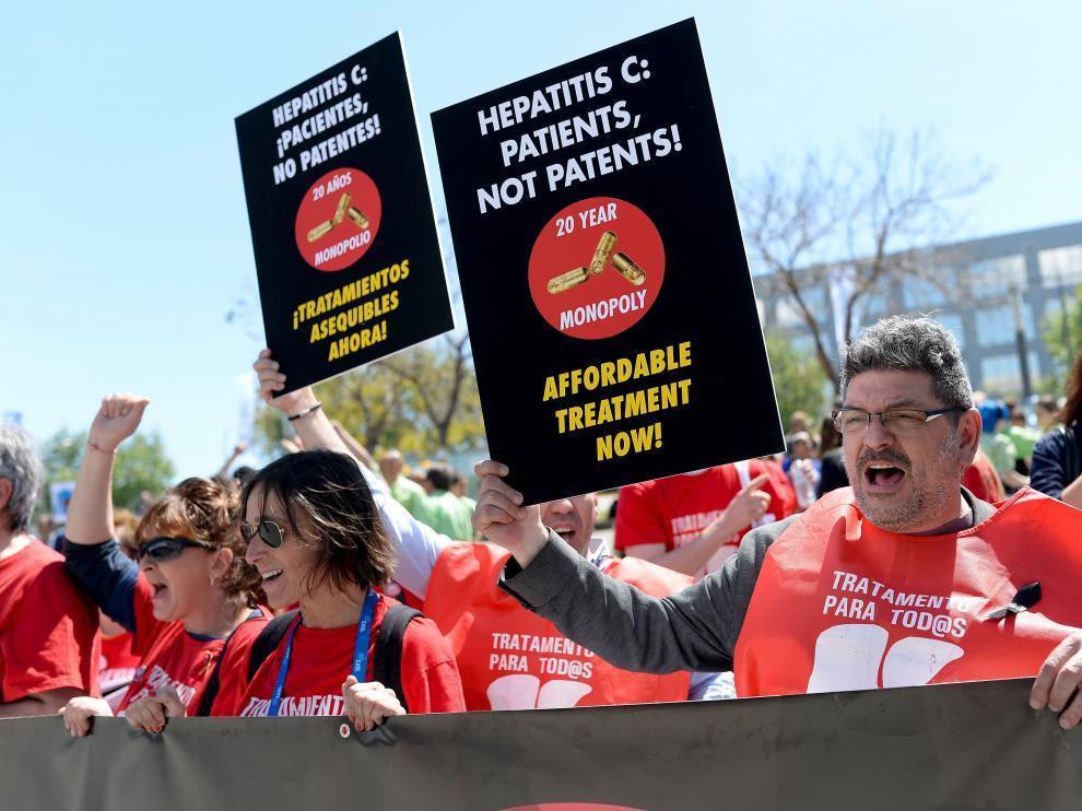 Imagen de una protesta reciente, en Barcelona, para pedir el acceso universal a los nuevos fármacos de la hepatitis C.