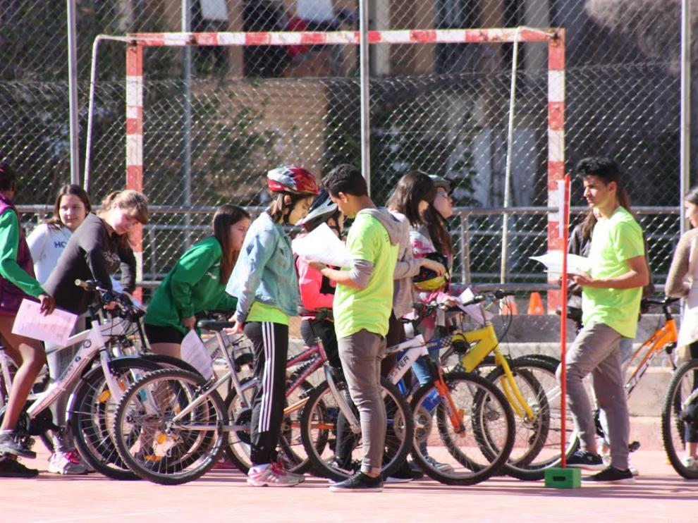 Chicos en bicicleta en Huesca.