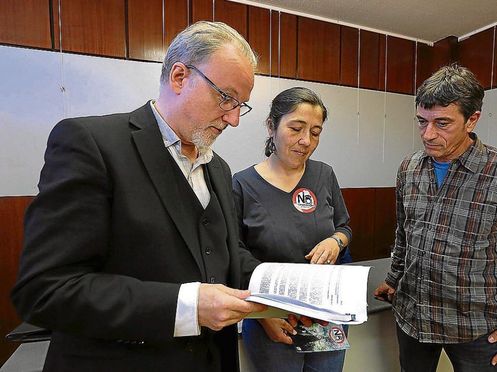 El abogado Pablo Malo, con Beatriz Gual (representante vecinal) y Alejandro Serrano (Ecologistas).