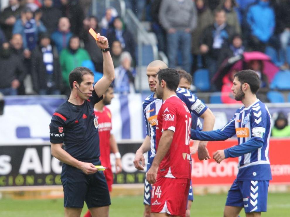Momento en el que Culio es expulsado en el partido de Mendizorroza ante el Alavés el pasado mes de marzo.