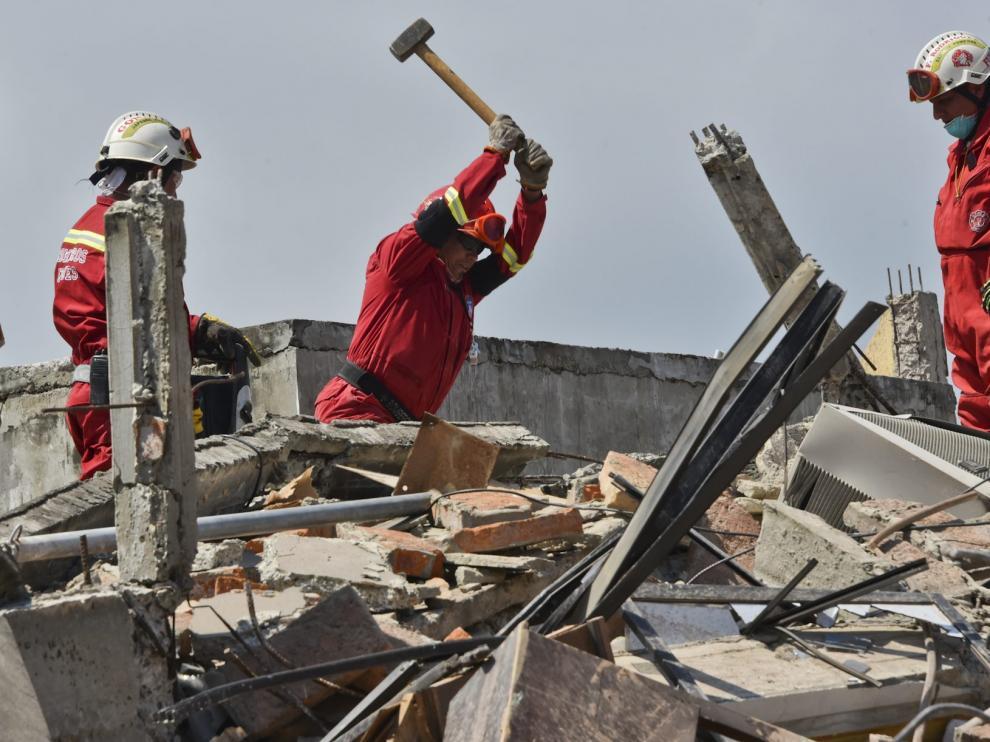 Continúan las tareas de desescombro y rescate tras el terremoto en Ecuador.