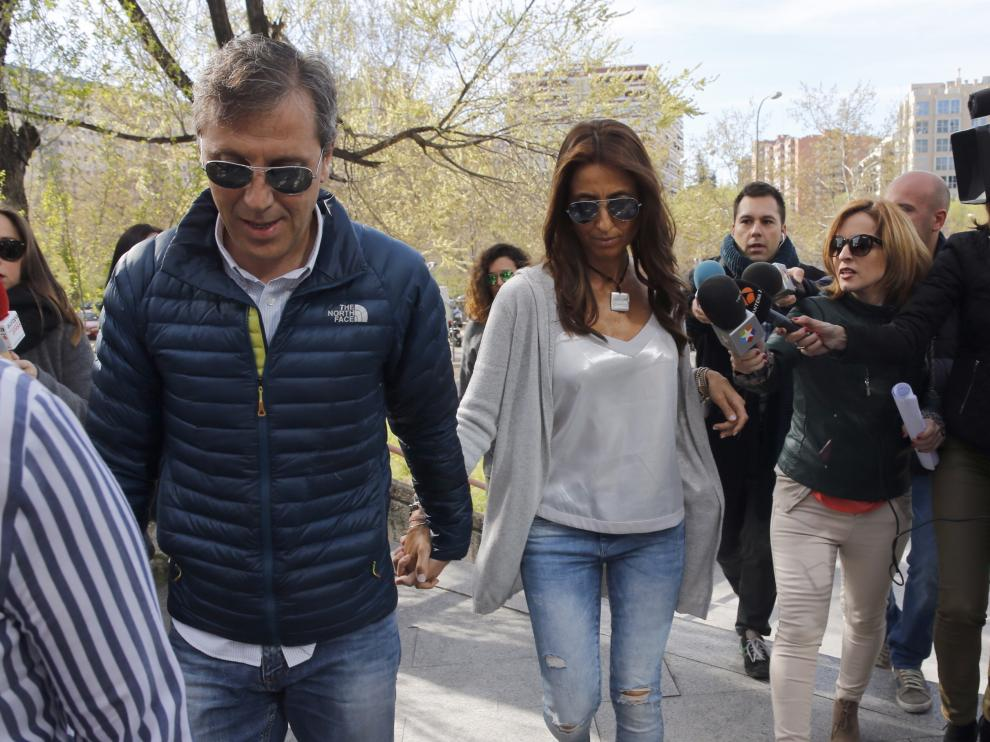 El periodista Paco González, acompañado de su esposa Mayte, a su llegada hoy a la Audiencia de Madrid que juzga a Lorena G.F.