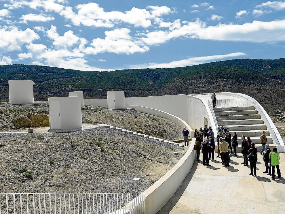 A la izquierda, las bases de las cúpulas donde se instalarán los telescopios semiprofesionales.