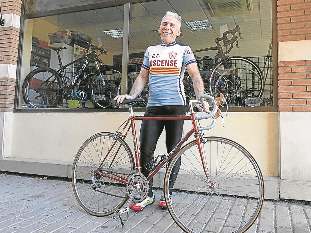 Miguel Cored, con la bicicleta y el maillot retros con los que correrá La Pionera.