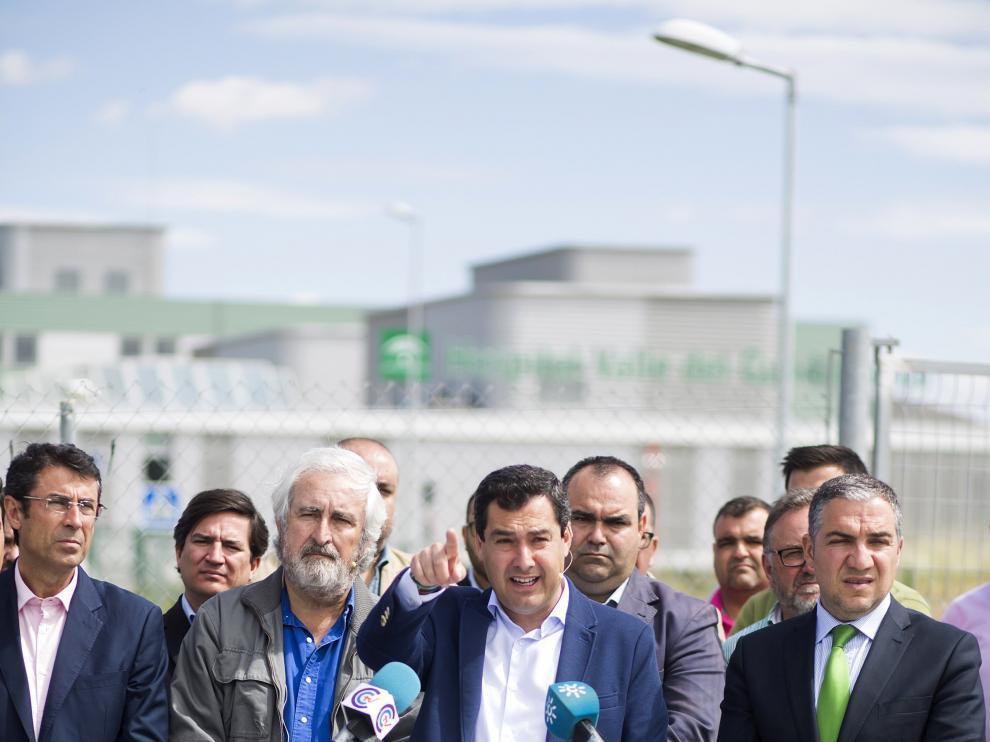 """El presidente del PP-A, Juanma Moreno (c), junto al presidente del la Diputación de Málaga, Elias Bendodo(d), ha advertido hoy de que una moción de censura en el Ayuntamiento de Granada supondría """"faltar a la voluntad"""" de los ciudadanos"""