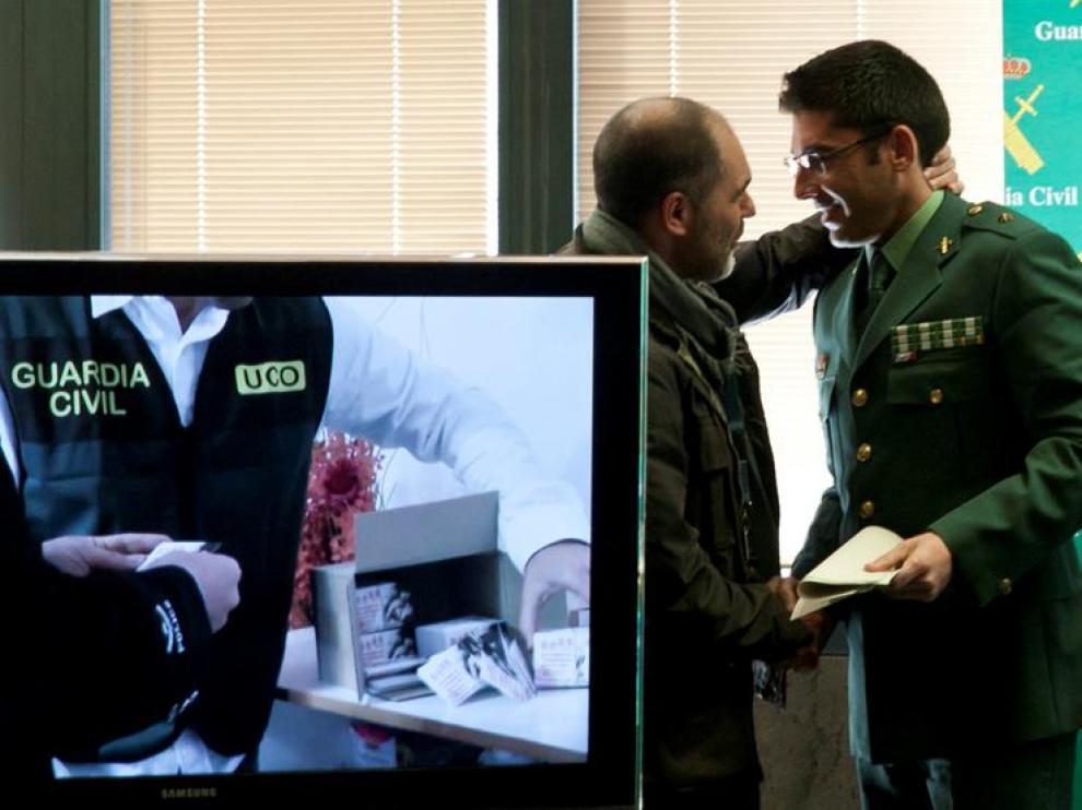 Mario Robles (d), Comandante jefe de la unidad de delincuencia organizada de la Guardia Civil, ha informado este lunes sobre la operación llevada a cabo en colaboración con la policía china