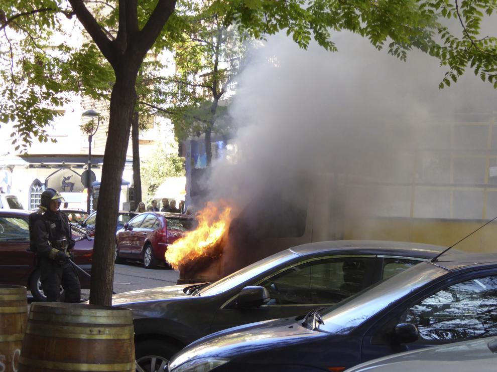 Una furgoneta ha ardido de manera espontánea en la calle San Vicente Mártir de Zaragoza.