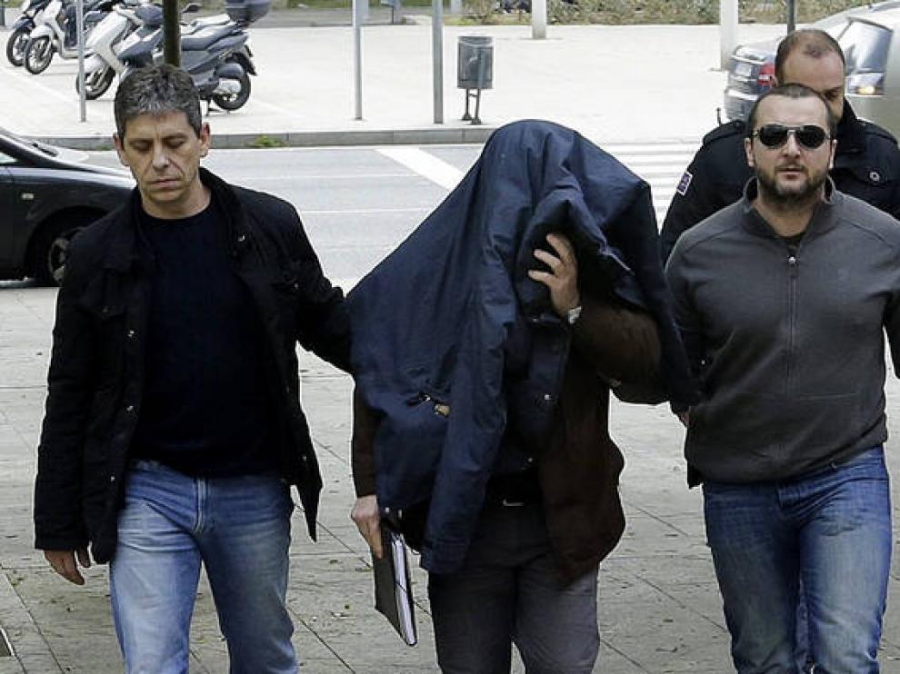 El exprofesor de la escuela Maristas de Sants de Barcelona Joaquín Benítez acudiendo a los juzgados en febrero.