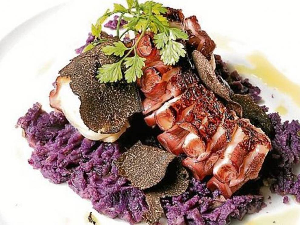 Pulpo en patata violeta, de Bodegón Azoque.