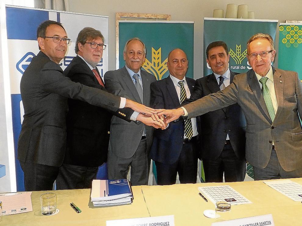 Los presidentes de las patronales y cajas rurales de Teruel, Cuenca y Soria, tras firmar el acuerdo.