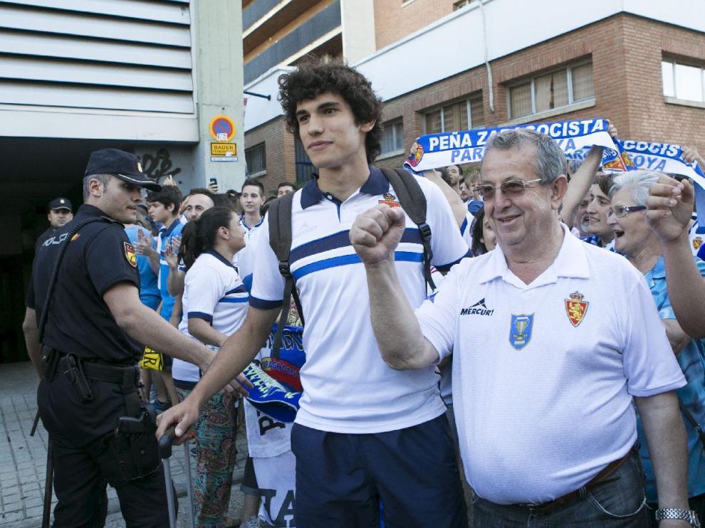 Vallejo es jaleado por la afición antes de uno de los últimos partidos de la temporada pasada al final de la liga.