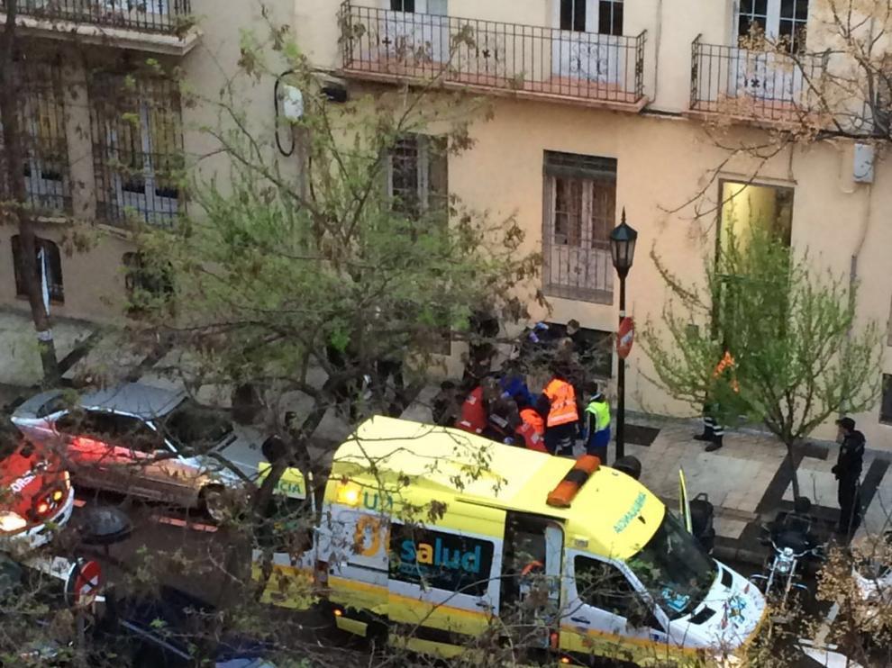 Una ambulancia enun servicio en la calle Almagro