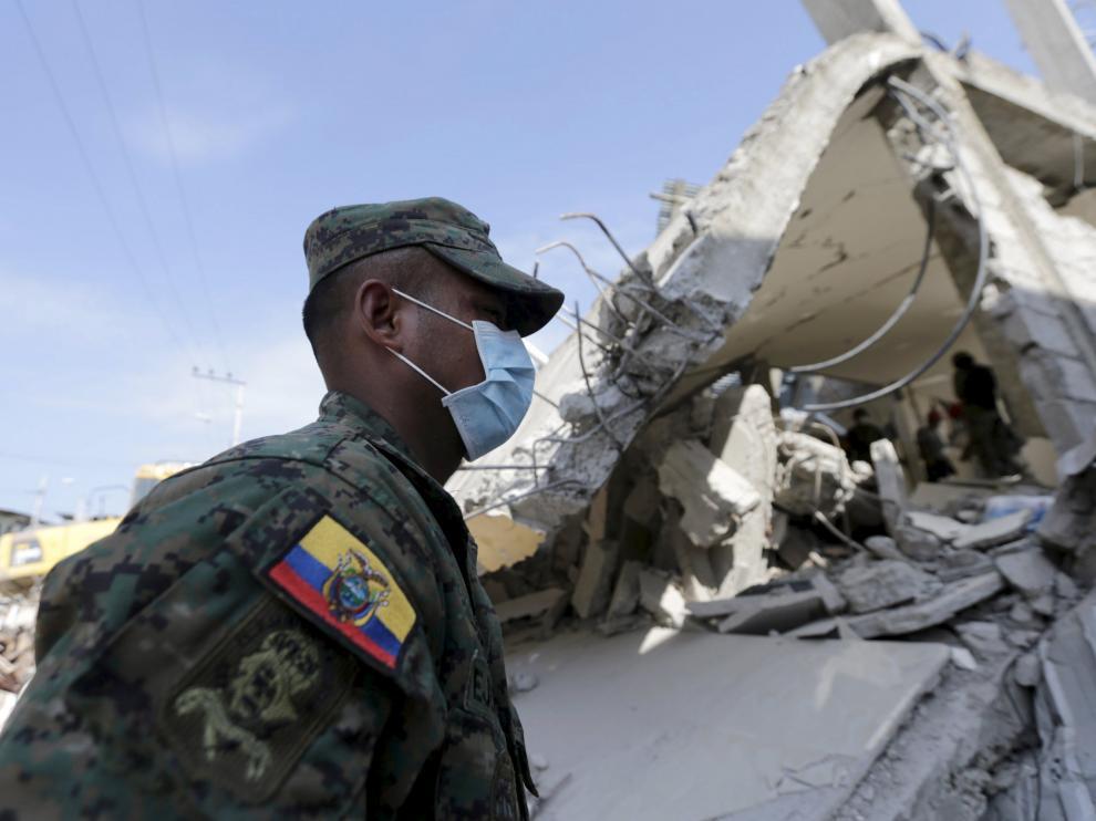 Un soldado trabajando en las labores de rescate de posibles supervivientes.