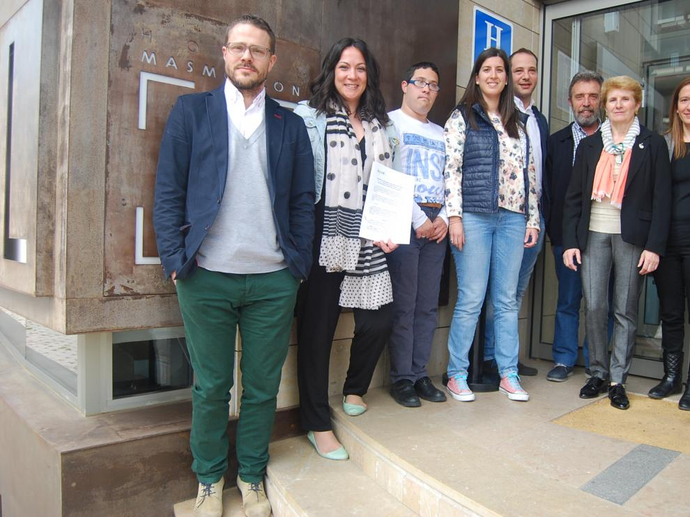 Juan Ayen, con el personal del Hotel y de Down Huesca.