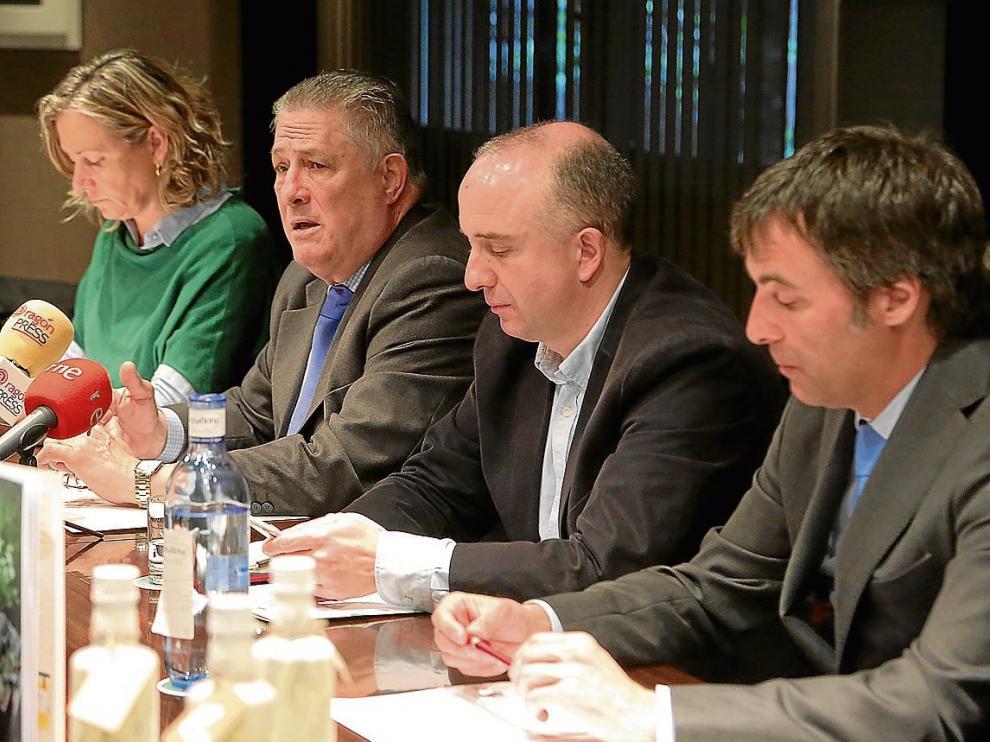 Nieves Añaños, Jesús Soto, Félix Arrizabalaga y Antonio Cerdán, en la presentación del aceite.