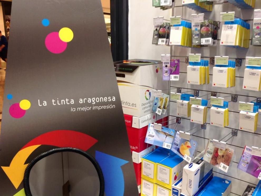 Un punto limpio de una de las tiendas de La Tinta Aragonesa, junto a diferentes productos.