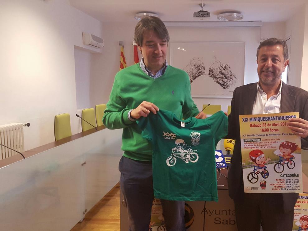 Enrique Ascaso, secretario de la peña ciclista Edelweiss, y Jesús Lasierra  alcalde de Sabiñánigo, en la presentación de la Mini Quebrantahuesos de Sabiñánigo.