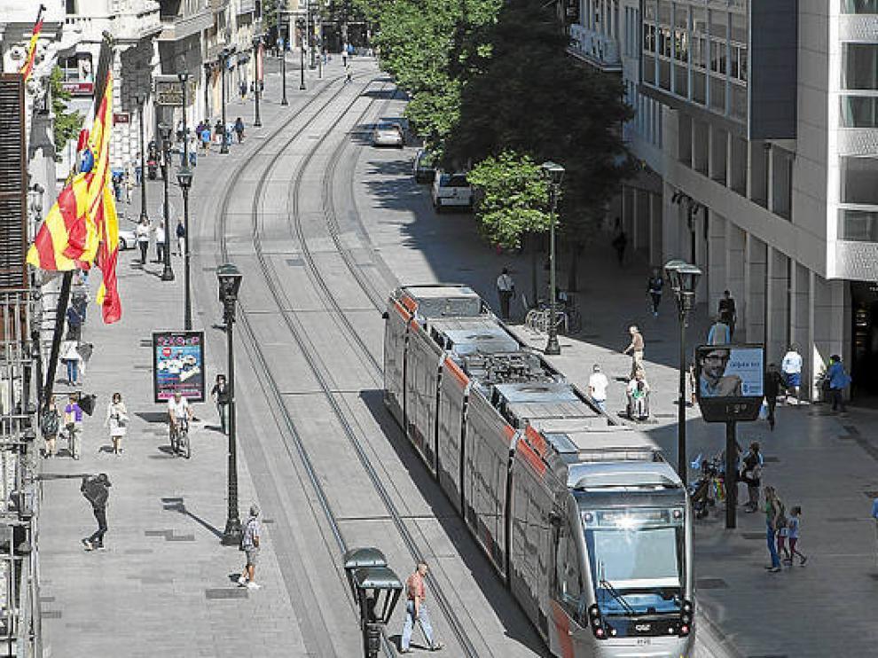 El tranvía a su paso por el Coso en Zaragoza