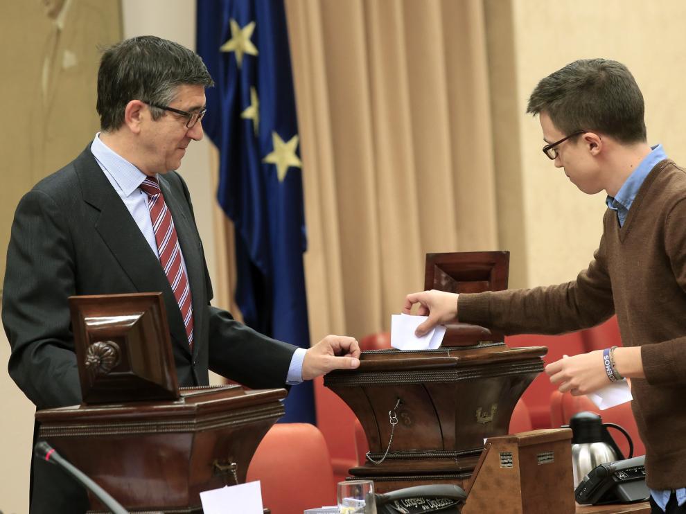 El presidente del Congreso de los Diputados, Patxi López (i), y el portavoz de Podemos, Íñigo Errejón, durante la constitución formalmente hoy de la Diputación Permanente,