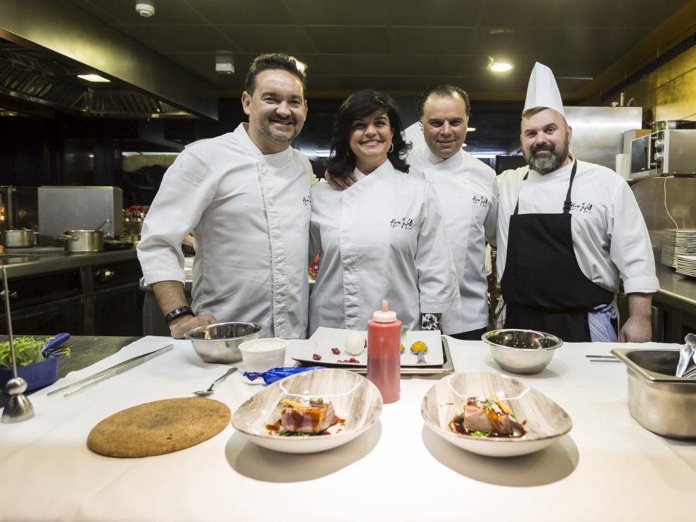 Paloma de Yarza y Fernando de Yarza -en el centro- con los cocineros.