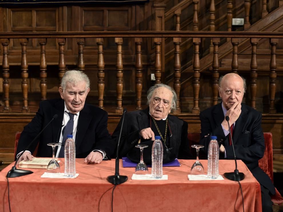 Los escritores Antonio Gamoneda, Rafael Sánchez-Ferlosio y Jorge Edwards durante el encuentro previo a los Premios Cervantes.