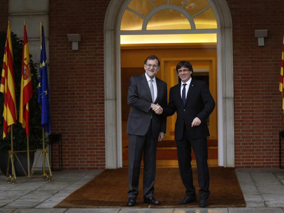 Rajoy y Puigdemont en la escalinata de Moncloa