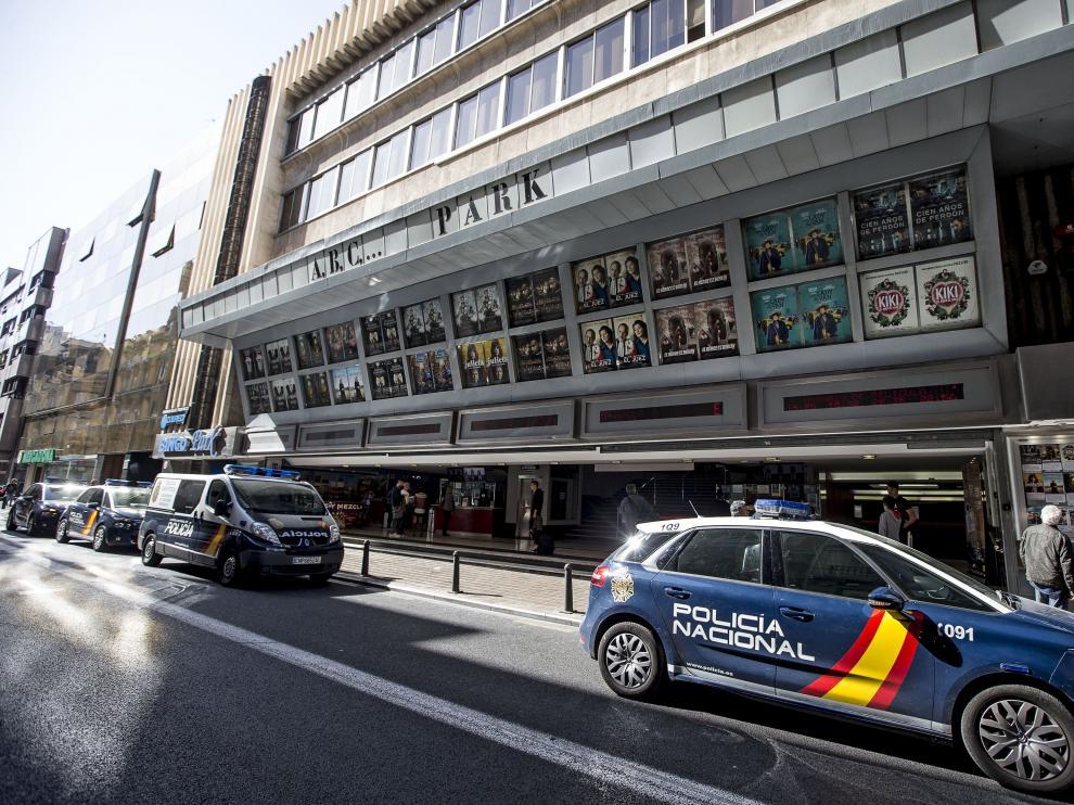 Varios vehículos de la Policía Nacional han acudido esta tarde al céntrico cine de Valencia donde ha aparecido el cuerpo sin vida