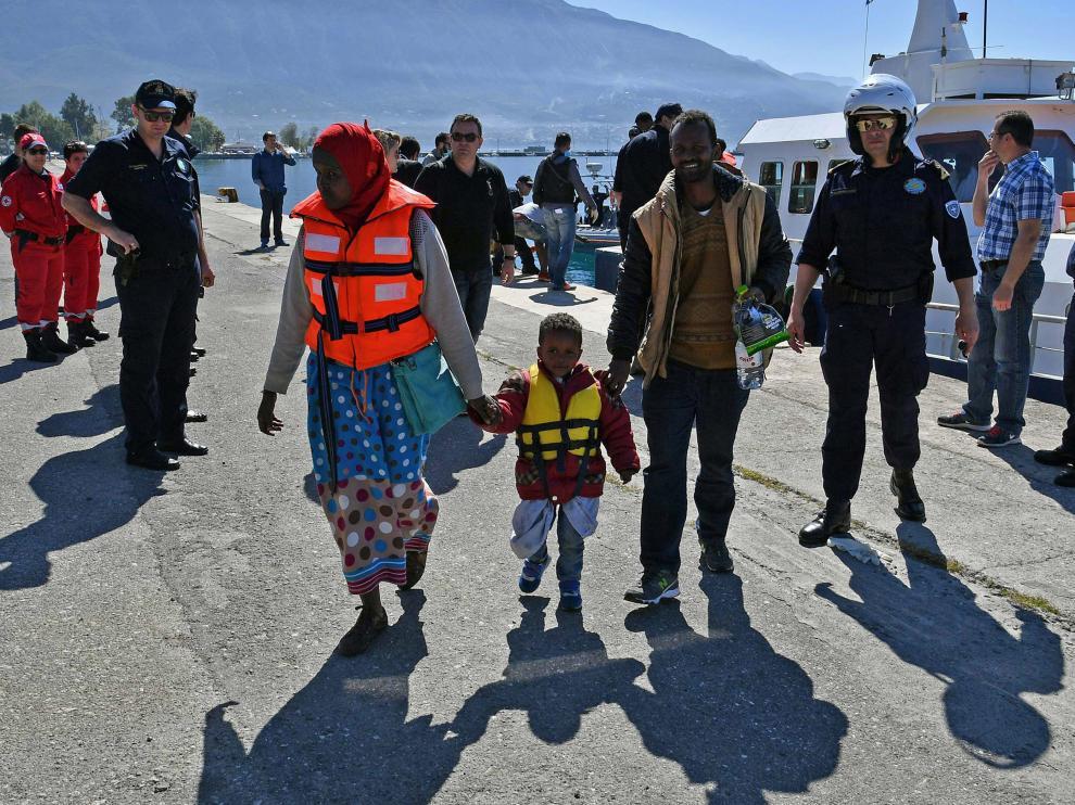 Imágenes de la llegada de los supervivientes del naufragio a Kalamata, Grecia.