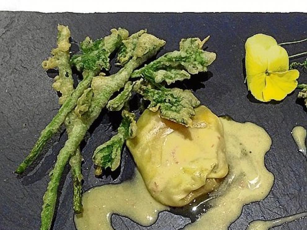 Tempura de tucas y trigueros con ravioli de huevo trufado