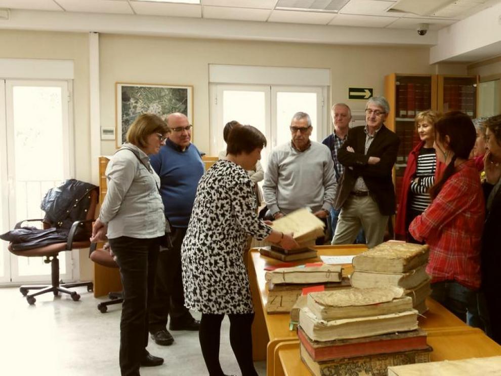 """Los usuarios de la Biblioteca Pública de Soria han paseado este jueves por los """"libros raros y curiosos de la época del Quijote"""""""