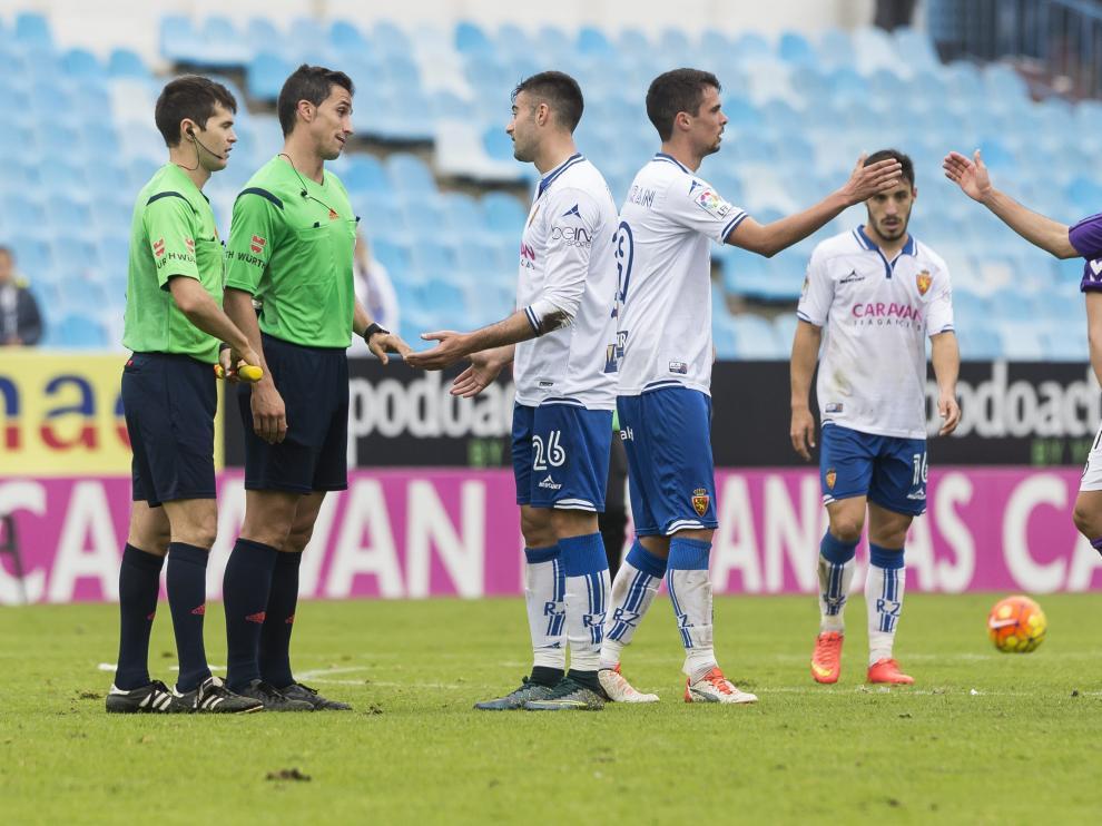 Ais Reig dialoga con Diego Rico al final del duelo ante el Valladolid
