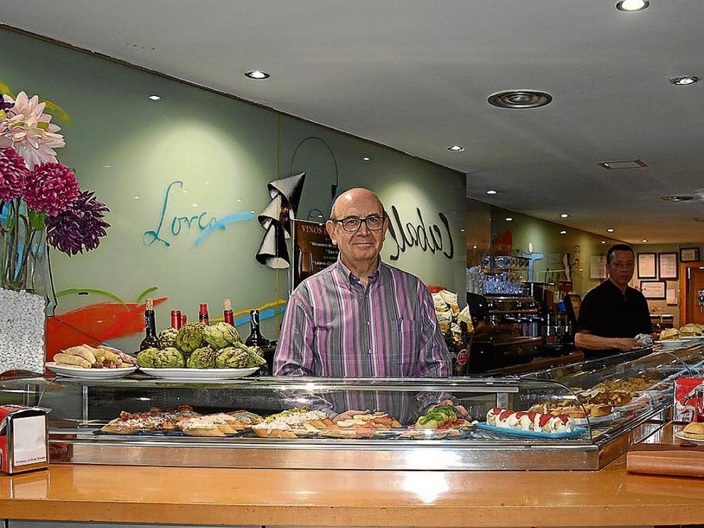 Santiago Sánchez, propietario de Caball, en la barra del establecimiento.