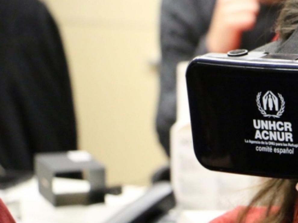 Una usuaria con las gafas de realidad virtual del Comité español de ACNUR.