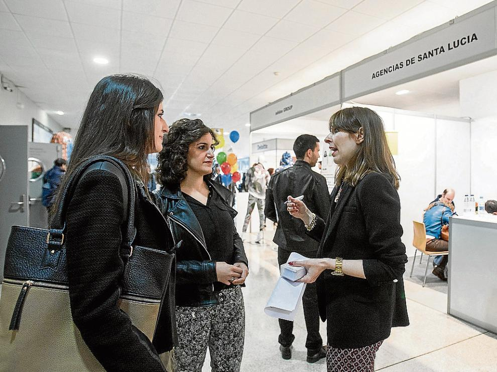 Los estudiantes se acercaron ayer al campus Río Ebro para conocer la demanda de empleo.