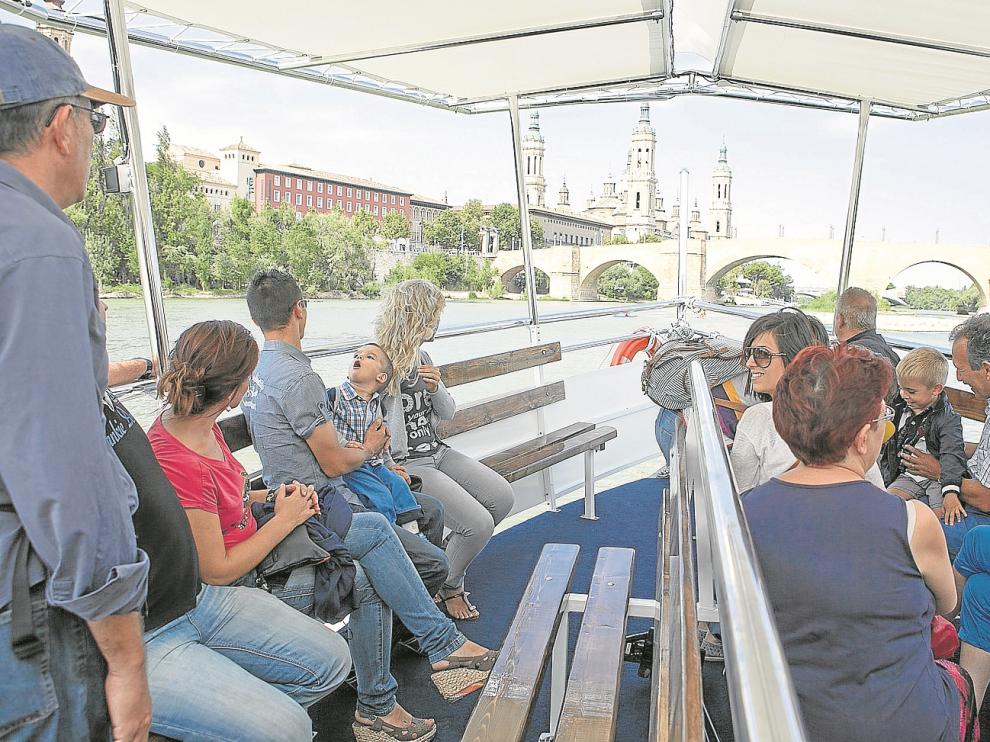 Un grupo de usuarios disfruta del Félix de Azara II durante la última temporada de navegación fluvial, el año pasado.