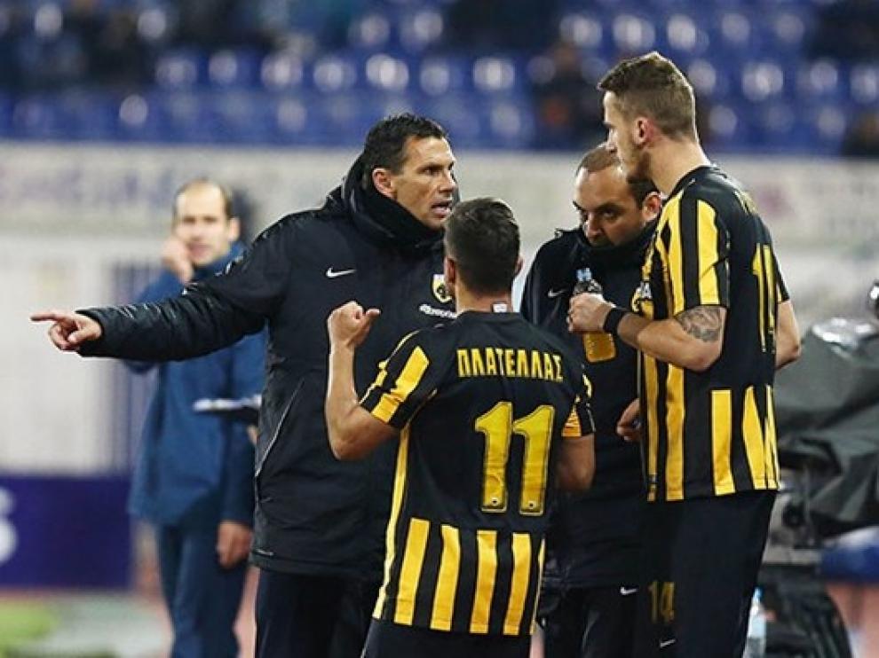 Poyet da instrucciones a los jugadores del AEK