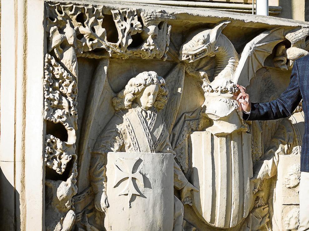 El presidente de la Comunidad Autónoma de Aragón, Javier Lambán, ante el escudo de Aragón que está en la puerta principal del edificio Pignatelli.