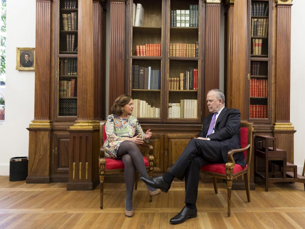En la Biblioteca Nacional, su directora, Ana Santos, y el magistrado del Tribunal Supremo, José Manuel Bandrés.