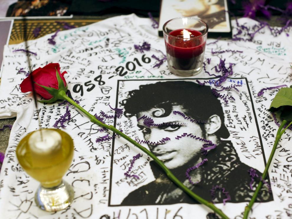 Velas y flores en recuerdo del artista.