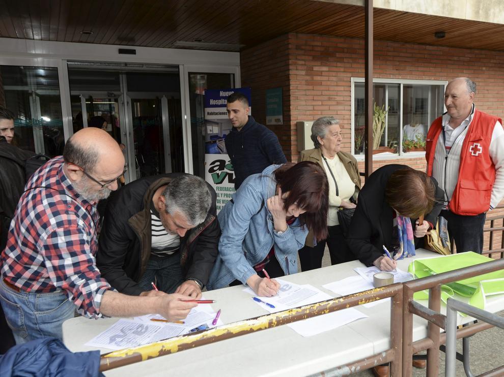 Recogida de firmas para un nuevo hospital de camas individuales a las puertas del Obispo Polanco.