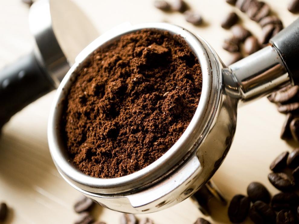 Para preparar un cortado basta con manchar un poco el café con la leche.