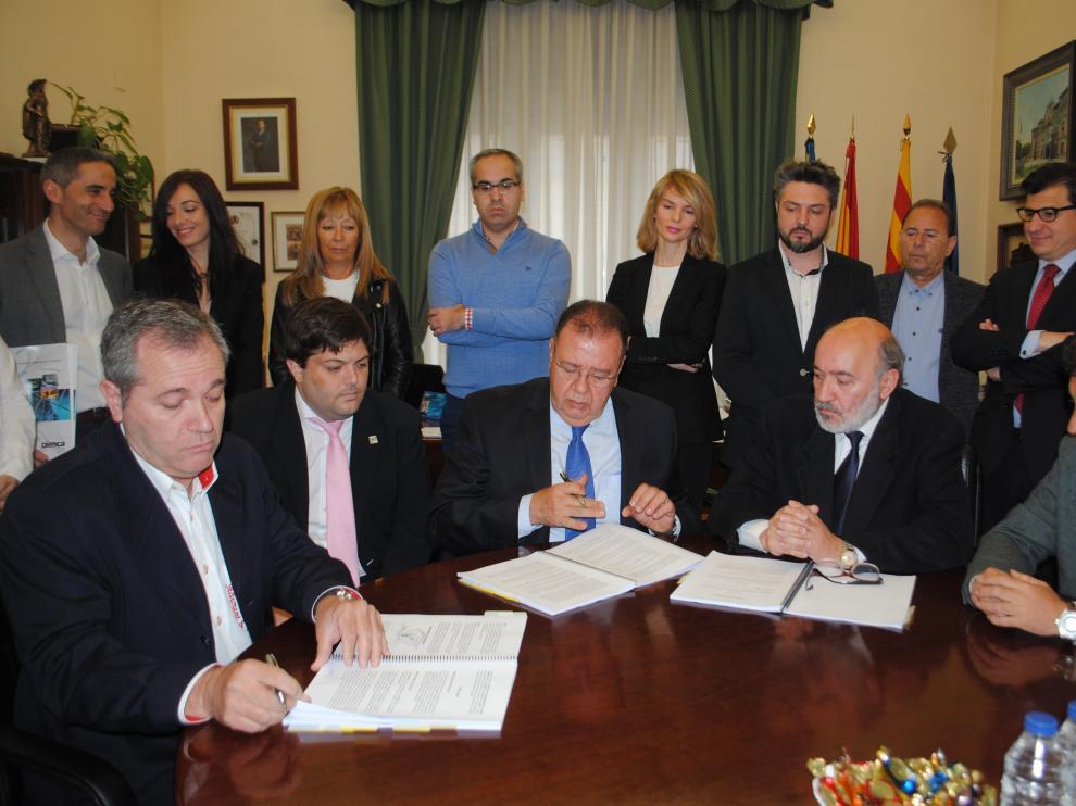 Firma del alcalde de la localidad, José Manuel Aranda, el concejal de Industria, Rafael Rincón, y los empresarios.