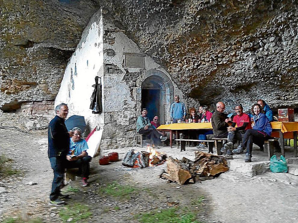 Los romeros en la ermita de Cerésola que, como la del cañón de Añisclo, se ubica bajo una roca.