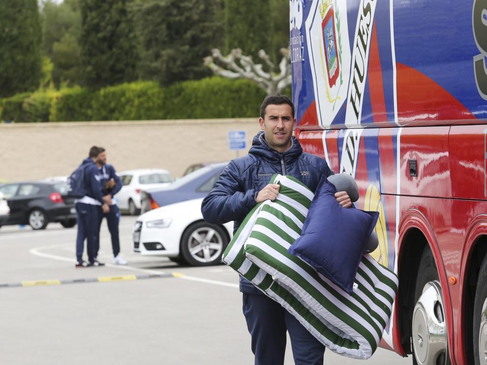 Los jugadores llevaron almohadas y colchonetas para descansar en el largo viaje en bus a Oviedo.